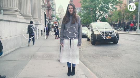 シャツドレスにニットを重ね着したレイヤードスタイル!In New York