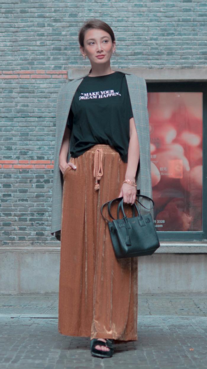 メッセージTシャツを胸に刻み、モダンな街並みを歩く【上海・新天地編】