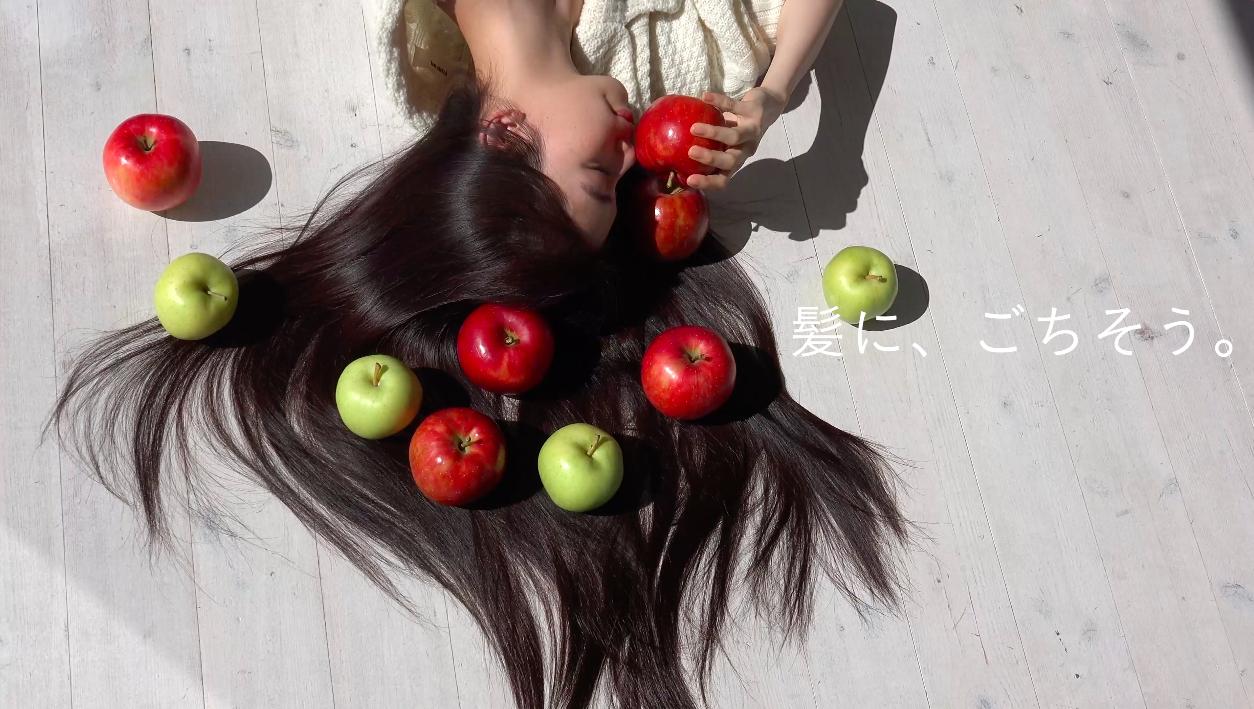 センス抜群な宮本彩菜がHAIR RECIPEの冬限定レシピ「アップル ジンジャー」のムービーをクリエイト!