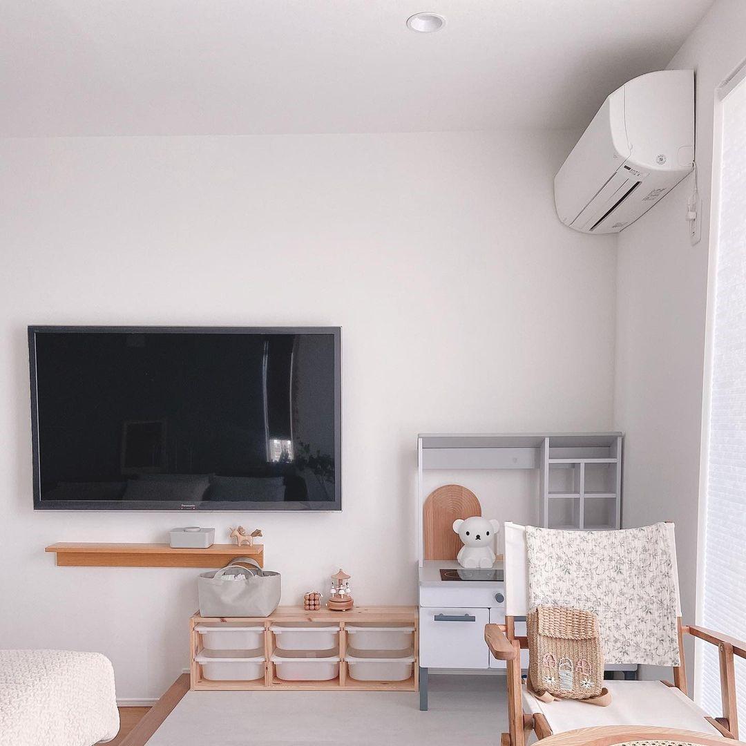エアコンやテレビが設置された寝室
