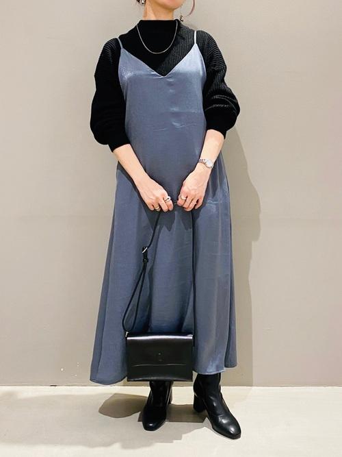 ブルー×黒でシックな装いのイメージ画像