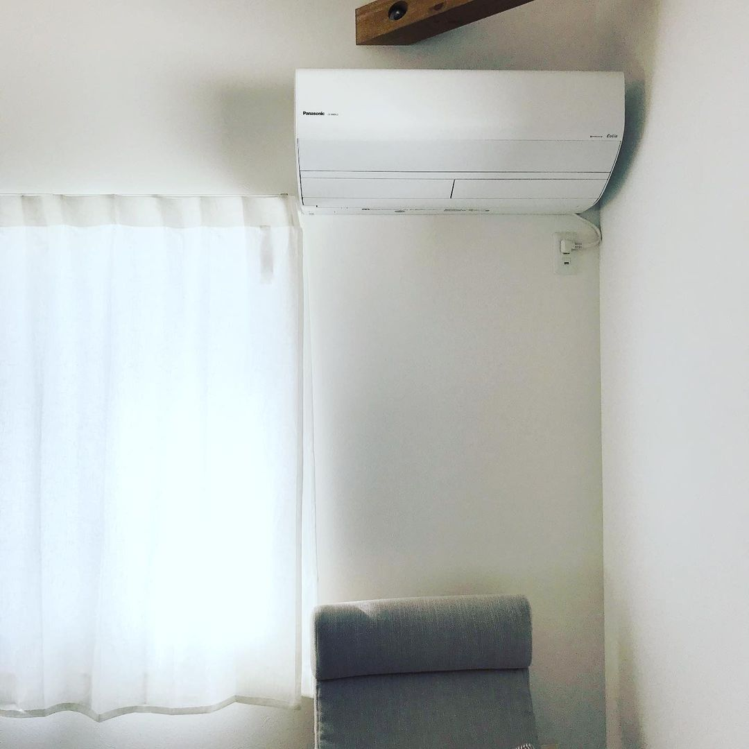 窓の脇に設置されたエアコン