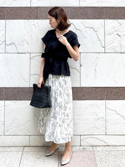リボンブラウス×花柄のプリーツスカートのオフィスカジュアルコーデ