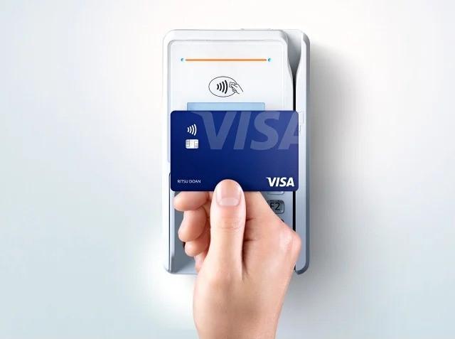 Visaのタッチ決済をしている画像