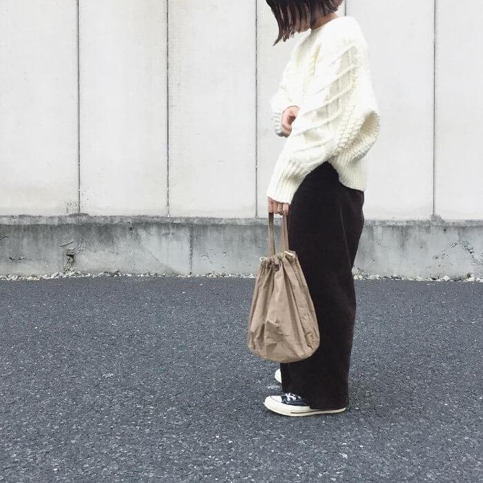 ざっくり白ニット×ブラックコーデュロイワイドパンツのコーデ画像