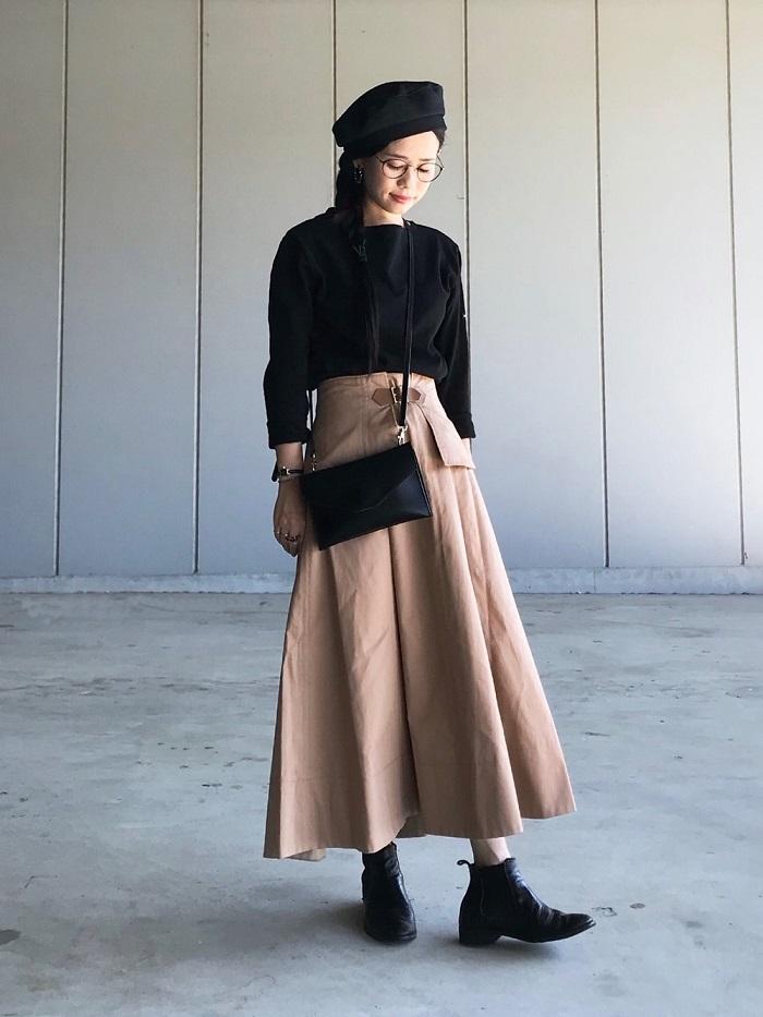 ベージュフレアスカート×ショートサイドゴアブーツのコーデ写真