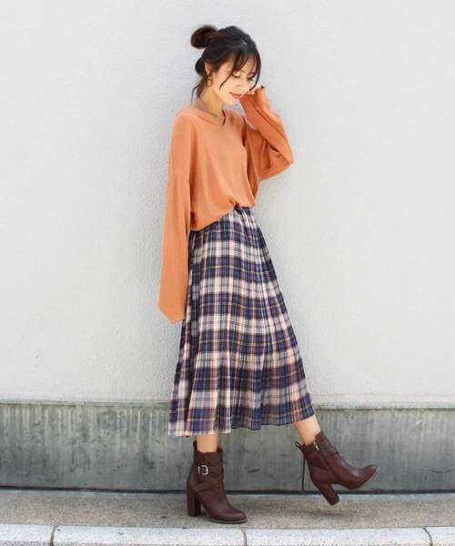 チェックプリーツスカート×オレンジのニットのコーデ画像