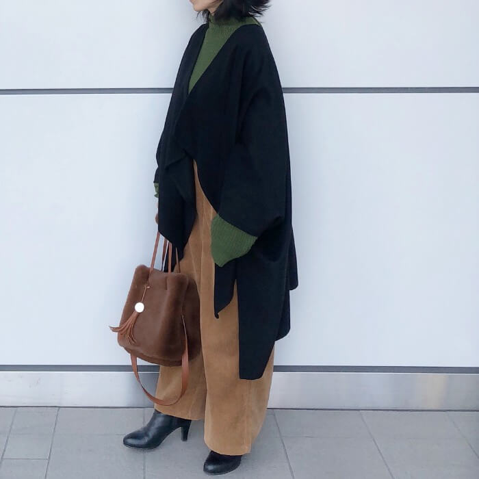 ワイドパンツ×ロング丈のケープコートのコーデ写真