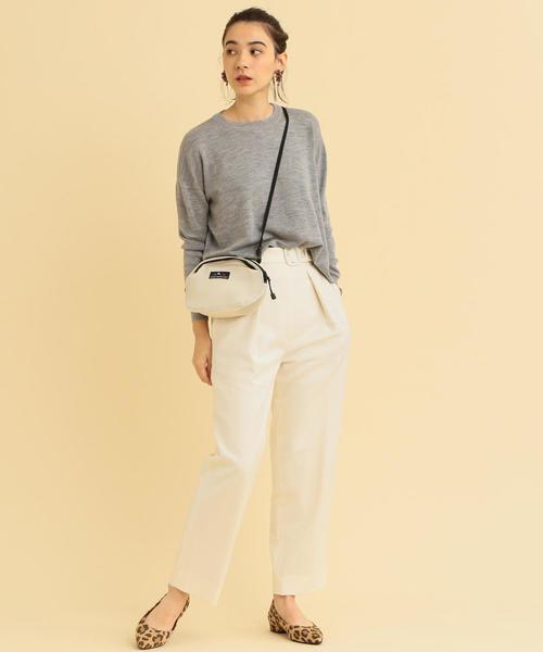 ドルマンスリーブのグレーニット×白パンツのコーデ画像