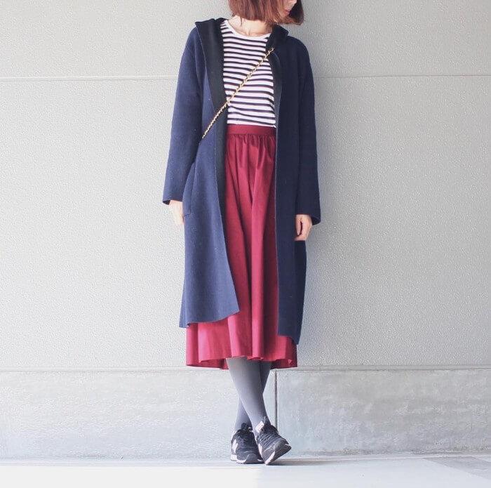 ボーダーTシャツ×赤スカートのコーデ画像
