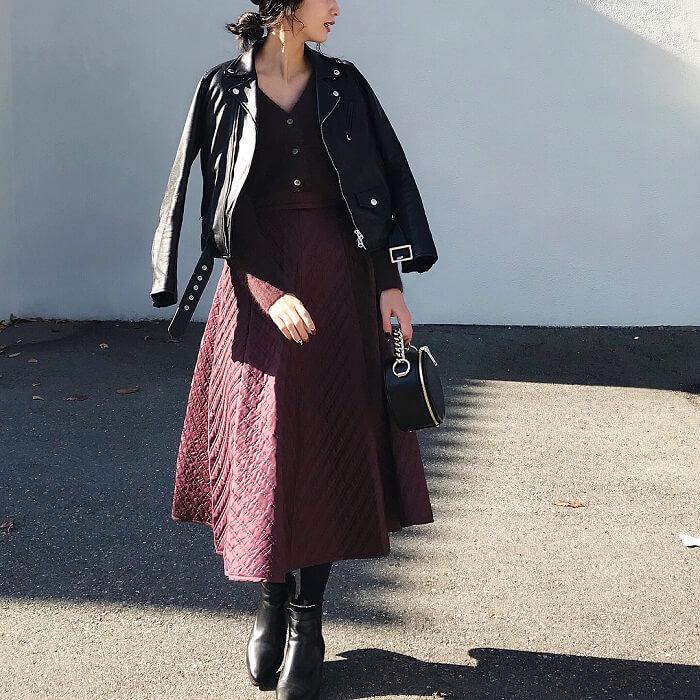 黒ライダース×秋色フレアスカートのコーデ画像