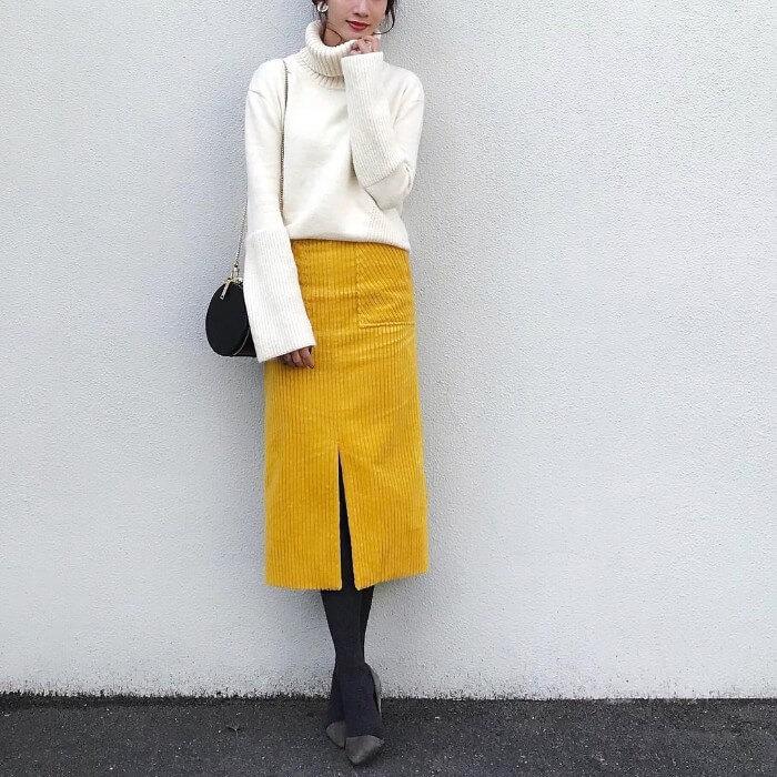イエロータイトスカート×白ニットのコーデ画像