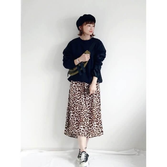 黒スウェット×レオパード柄スカートのコーデ画像