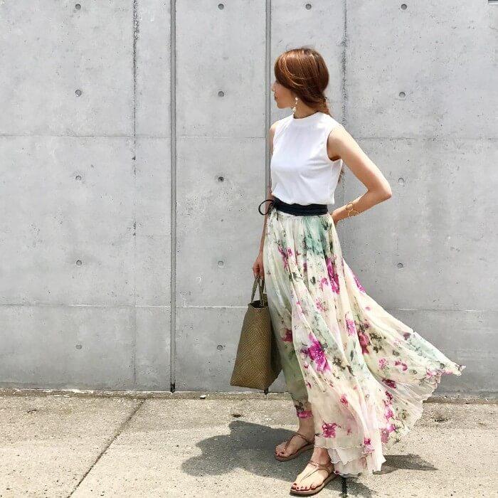 花柄ロングフレアスカート×白タンクトップのコーデ画像
