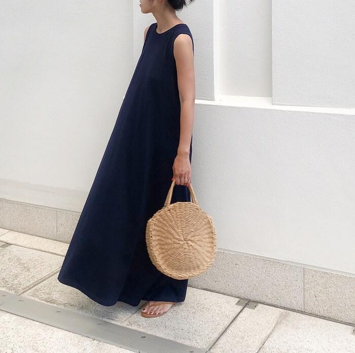 濃紺×ノースリーブリネンワンピースのフレンチカジュアルコーデ画像