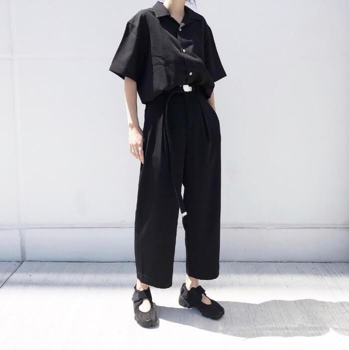 黒シャツ×黒ワイドパンツのオールブラックコーデ