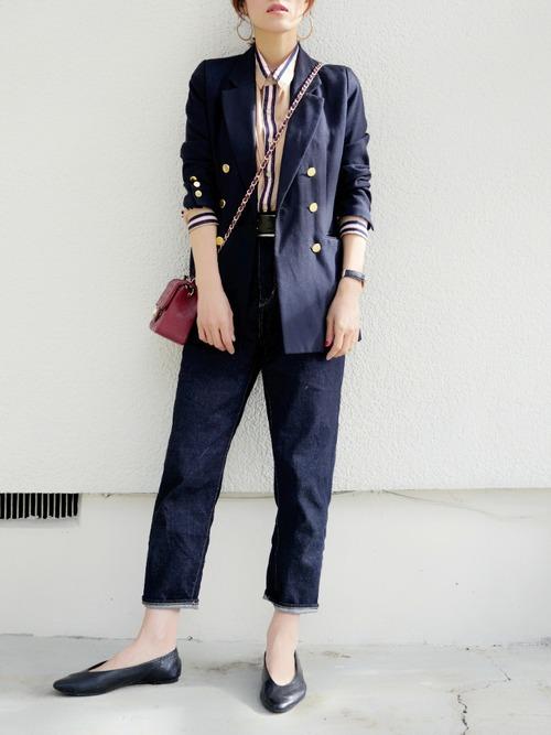 紺ブレ×ストライプシャツ×生デニムパンツのコーデ画像