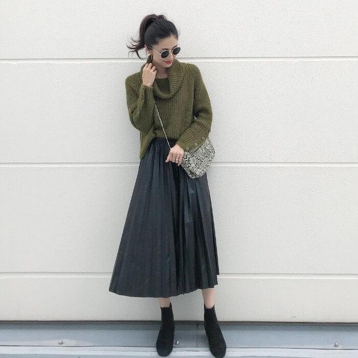 カーキニット×黒レザープリーツスカートのコーデ画像