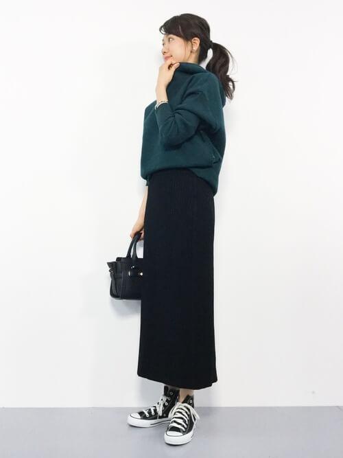 緑パーカー×マキシ丈タイトスカートのコーデ画像