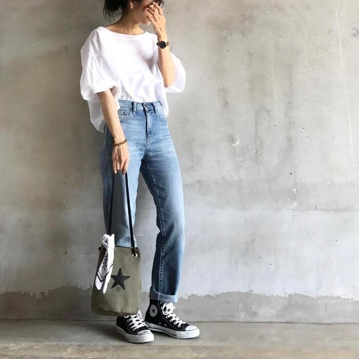 デニムパンツと白Tシャツのコーデ画像