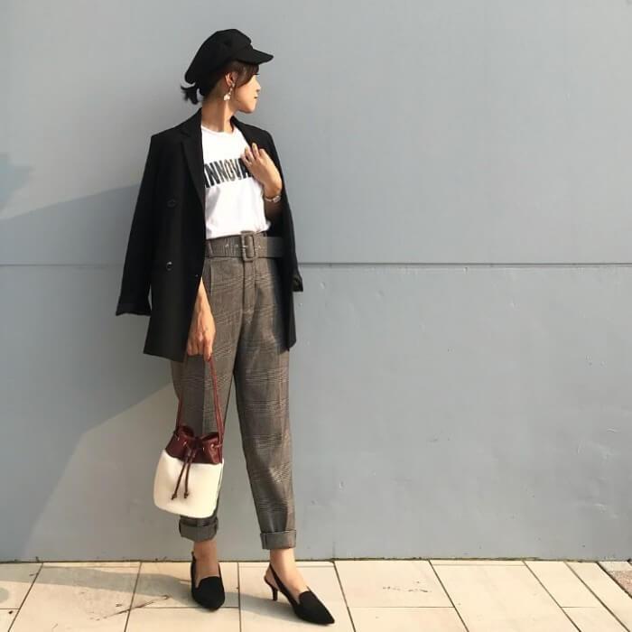 黒ジャケット×ロゴT×チェック柄パンツのコーデ画像