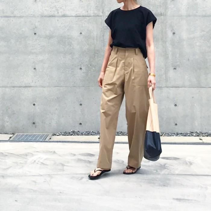 黒Tシャツ×ベージュワイドベイカーパンツのコーデ画像