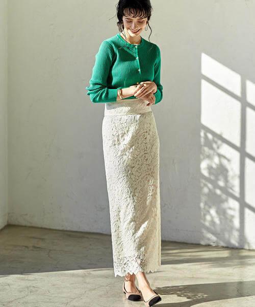 グリーンカーディガン×白レーススカートのコーデ画像