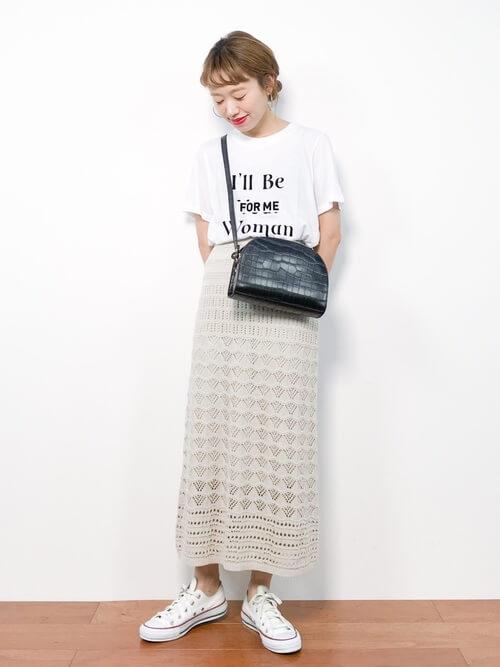 カジュアルなオールホワイトコーデをニットスカートで新鮮に仕上げたコーデ画像