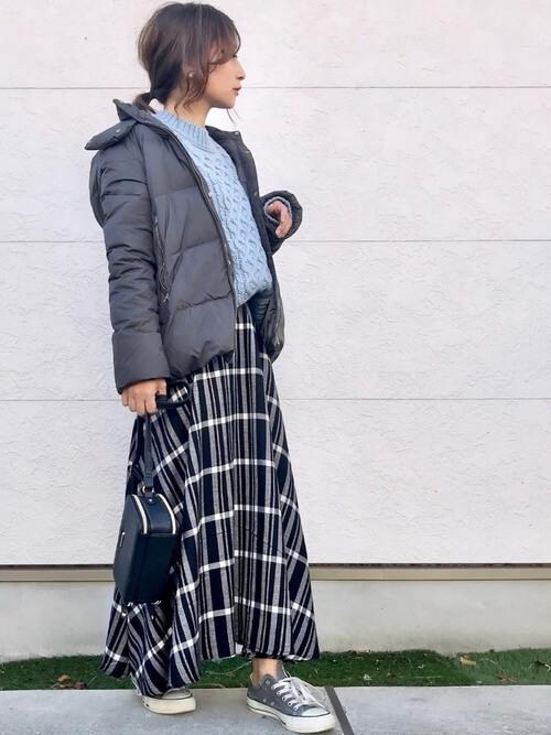 マキシ丈の白黒チェックスカートとダウンジャケットのコーデ画像