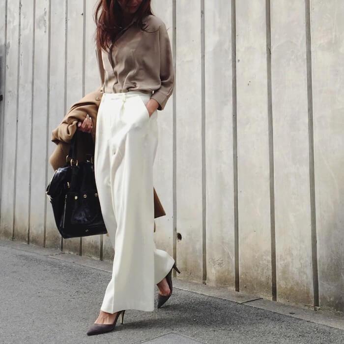 ベージュシャツ×白ワイドパンツのスマートカジュアルコーデ