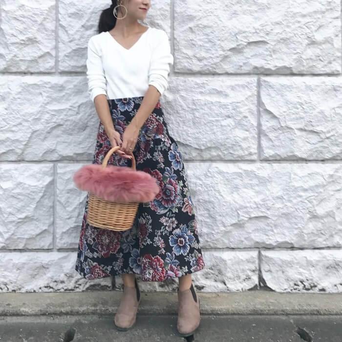 花柄のロングスカートとベージュのサイドゴアブーツのコーデ画像