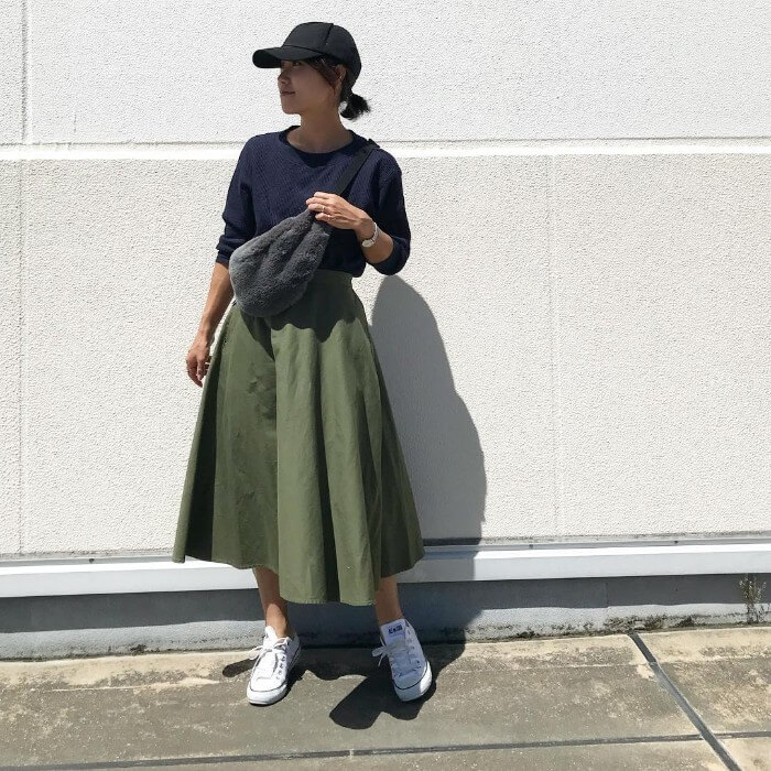 ネイビークルーネックT×カーキフレアスカートのコーデ画像