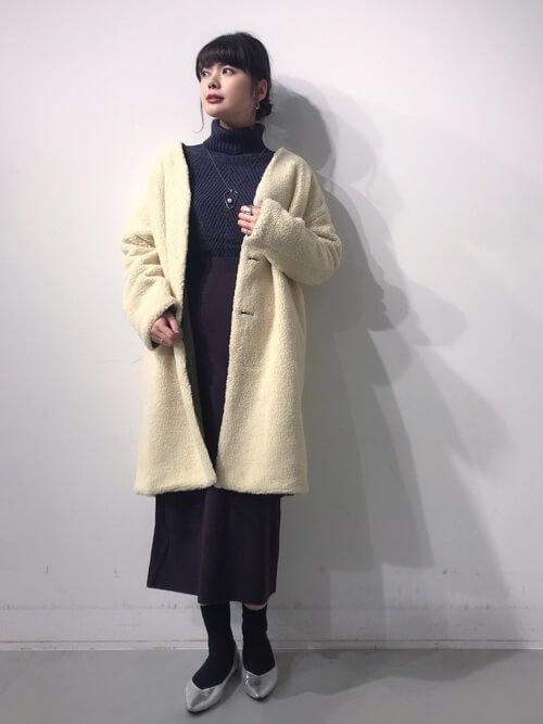 ロング丈ムートンコート×ニットタイトスカートのコーデ画像