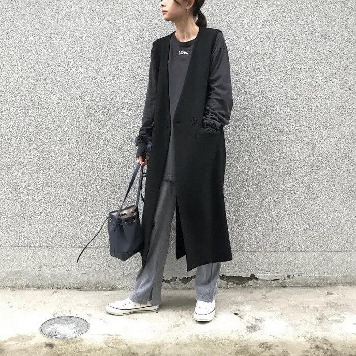 黒ロングTシャツ×黒ロングジレのコーデ画像