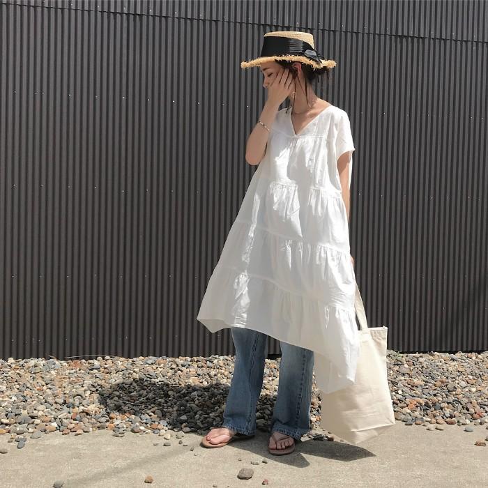 ラフィアハット×白ワンピース×ジーンズの帽子コーデ画像