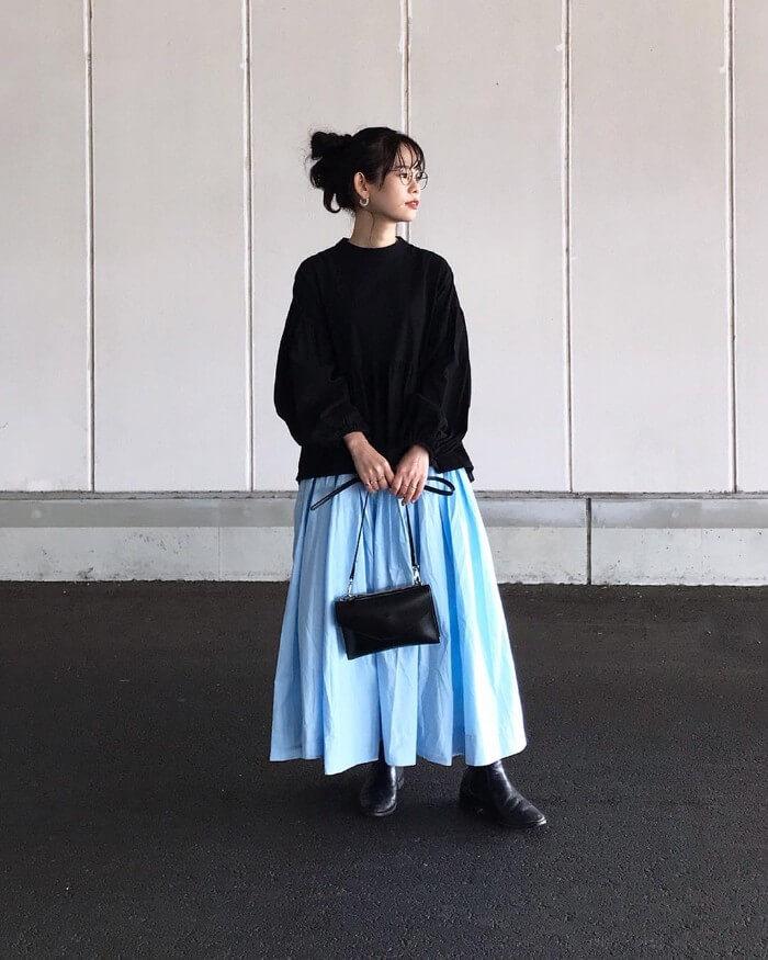 黒ブラウス×ペールブルーギャザースカートのコーデ画像