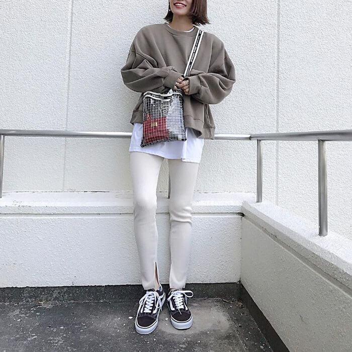 ベージュショート丈スウェット×白Tシャツを重ね着したレイヤードコーデ画像