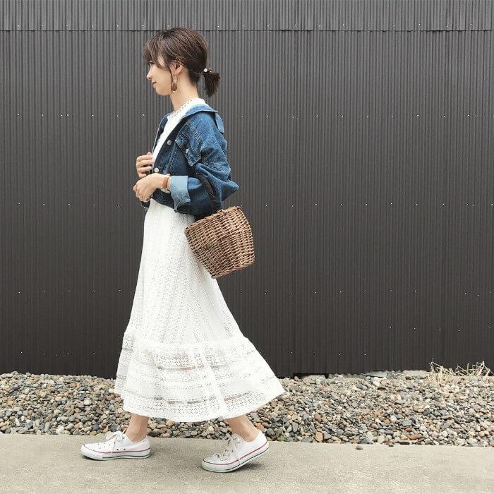 デニムジャケット×白のレーススカート&白スニーカーのコーデ画像