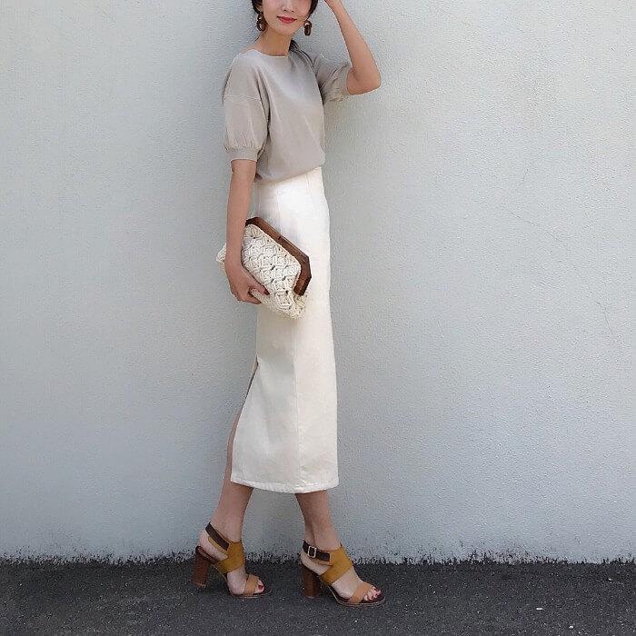 グレーパフスリーブTシャツ×白タイトスカートのコーデ画像
