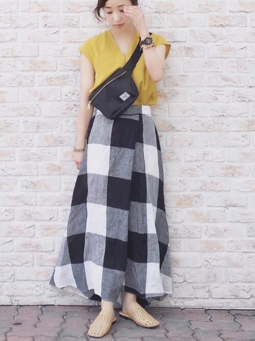 白黒ブロックチェックのマキシ丈スカートとイエロートップスのコーデ画像