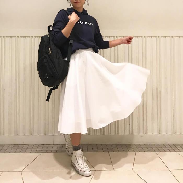 白フレアスカートをカジュアルダウンのコーデ画像