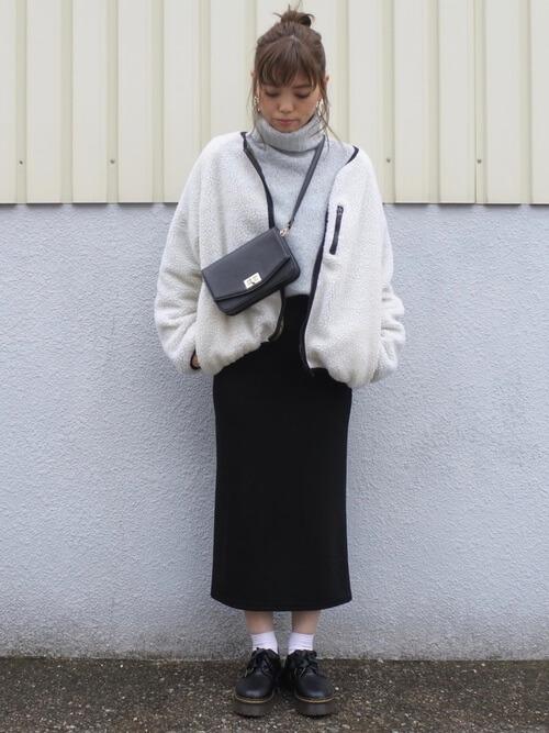 ホワイトショート丈ボアブルゾン×タイトスカートのコーデ画像