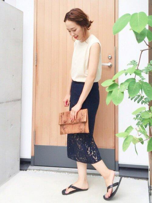 ネイビーレースタイトスカート×白ノースリーブのコーデ画像