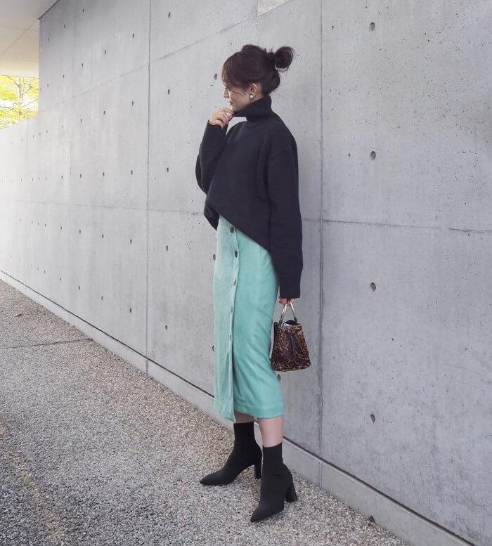 緑タイトスカートと黒のタートルネックのコーデ画像
