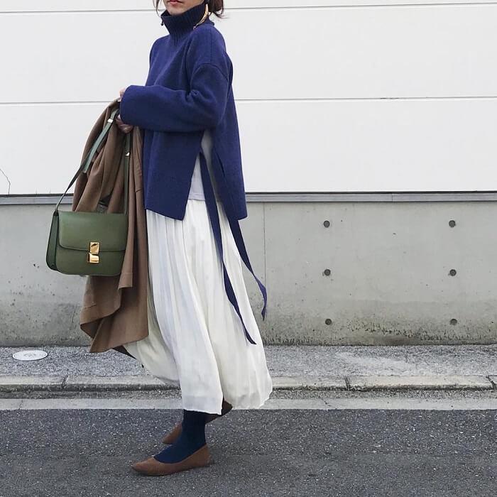 青ニット×白シフォンスカートのコーデ画像