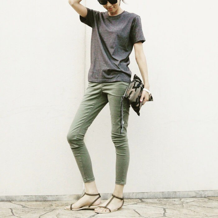 グレーTシャツ×カーキスキニーのコーデ画像