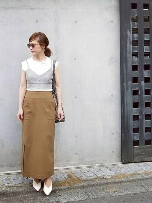 ビスチェレイヤード×茶色タイトスカートのコーデ画像