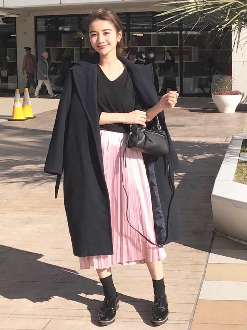 くすみピンク色プリーツスカート×黒ロングコートのコーデ画像