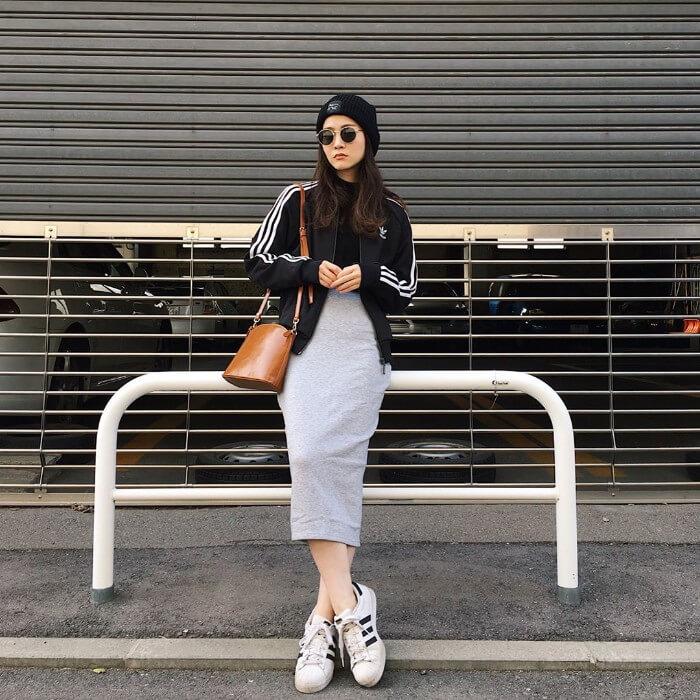 グレータイトスカート×白スニーカーのコーデ画像