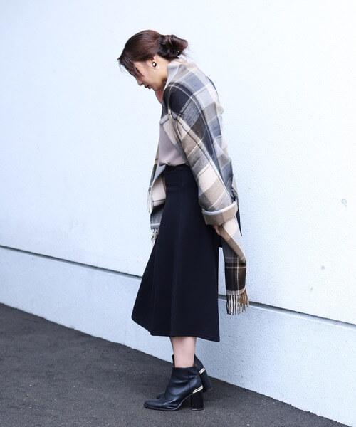 黒のフレアスウェットロングスカート×ベージュのチェック柄大判ストールのコーデ画像